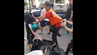 سائح ألماني يحاول كسر قفل الشرطة على دراجته المستأجره فيتم ضربه من قبل سائق تاكسي