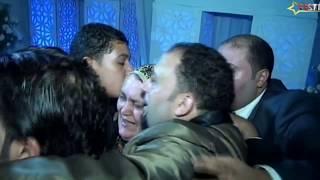 عريس يقبل قدم امه