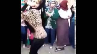 بنت تقلد رقص صافيناز  الفيديو اللي قلب صفحات وجروبات الفيس بوك