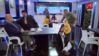 موقف مضحك .. عادل يستغل فقدان رمزي لبصره ويسحب الكرسي !