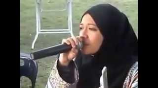 فيديو: بنت تقلد الشيخ عبد الباسط في قراءة القرآن ( ماشاء الله عليكي )