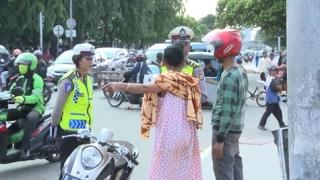 Menerobos Palang Kereta & Tidak Bawa Kelengkapan Surat,  Pemuda ini Dibela Ibu-ibu - 86