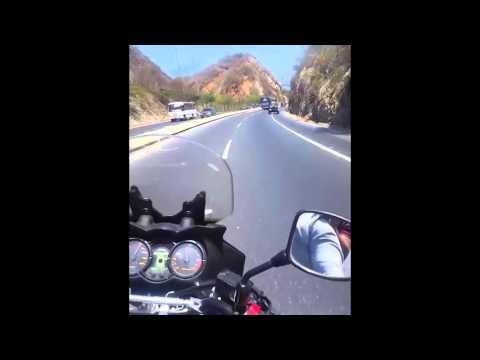 Impresionante Un motociclista grabó el momento justo donde el micro de Huracán volcó