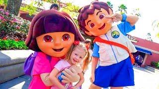 Настя, Рома и Диана веселятся на детской площадке в парке аттракционов Орландо