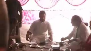 Rahul Gandhi Have Lunch With Party Workers In Mahoba Up