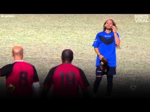Mulher se disfarça de homem e jogo futebol, muito legal Female Soccer Player Pranks Men