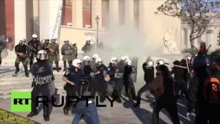 Grèce : des manifestants protestant contre la fermeture de leur mine affrontent la police