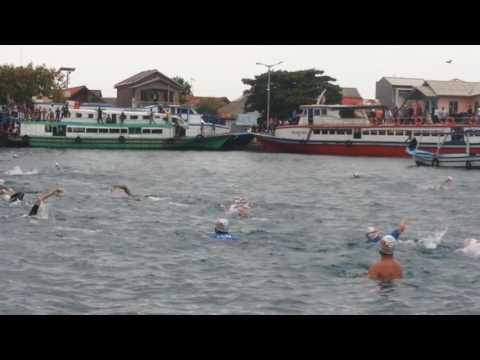 Aksi Sandiaga Berenang Seberangi Pulau Karya ke Pulau Panggang (DAD)