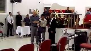 Mendigo bêbado surpreende igreja cantando iluminado com Espírito Santo operando!!!!