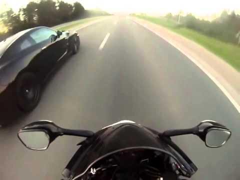 Coches vs Motos Nissan GTR vs Yamaha R1 vs GSXR 1000 Carrera en la carretera