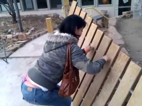 Se le ve la TANGA a mi esposa mientras juega con la madera