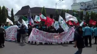 Demo Tolak Kenaikan BBM, Mahasiswa Tutup Paksa Gerbang Balai Kota Solo