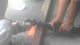 Chế và cắt phuộc xe bằng máy cắt tay.