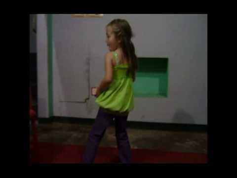 Niña Loca bailando Y mamá gritona