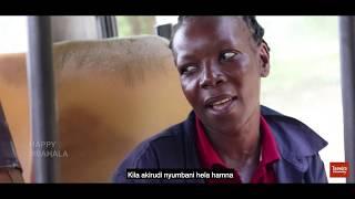 Kondakta mwanamke anaejivunia kufanyakazi na mumewe.