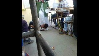 معلمة مصرية تضع قدمها فوق طالب لمعاقبته