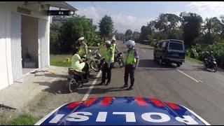 Polisi ini Ajak Bercanda Pengendara Motor yang Tidak Gunakan Helm - 86