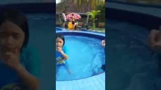 Yana dan syasya mandi kolam hotel sri malaysia mersing