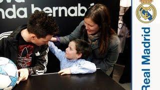 Callejón signing autographs in the Bernabéu store