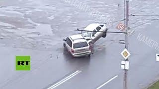 ¿Destino? ¿Surrealismo? Dos autos chocan en un cruce completamente desierto en Rusia