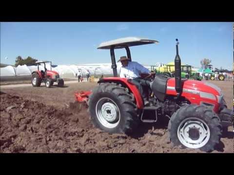Tractor McCormick CL85 con arado de tres discos