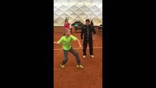 Luyện đánh tennis