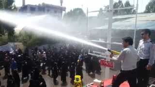 خاموش کردن آتیش خواهران بسیجی توسط برادران آتشنشانی در نماز جمعه تهران