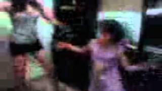 camila e carla dançando funk em casa