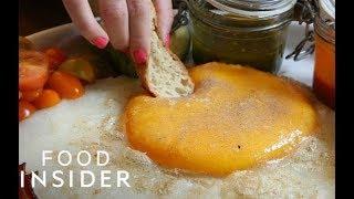 شاهد كيف يتم طهى بيض النعام!