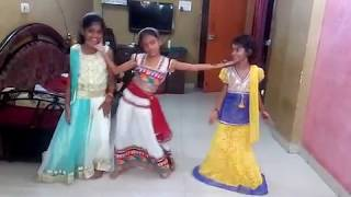 Small girls dancing on desh rangila
