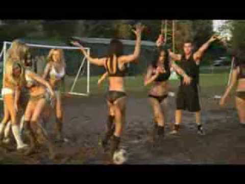 Mujeres jugando futbol en bikini
