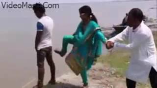 Desi Ladki Ne Peeing Kar Rahe Boy Ko Mari Kick   Funnyvideomasti com