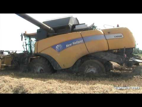 new holland cx 8080 stuck in the mud moissoneuse embourbée