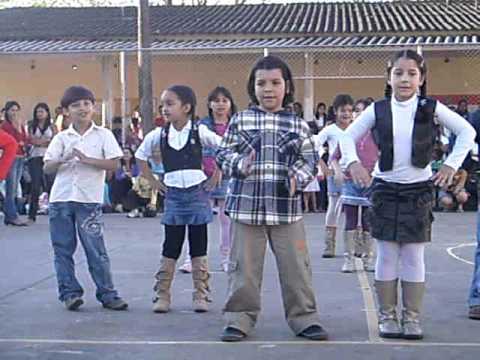 Ana dançando Vai ter que rebolar Sandy e Junior