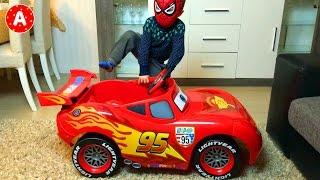 Человек Паук Открывает Машину Молния Маквин из мультфильма Тачки 2 Дисней