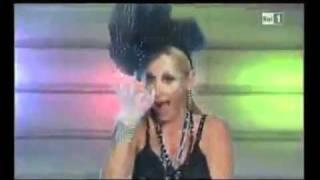 ESCLUSIVO: Antonella Clerici CANTA per il cazzo e la borra!
