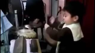 Budak 2 tahun main drum sambil isap puting
