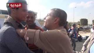 """بالفيديو.. الإخوان يعتدون على شاب """"مقطوع اليدين"""" يطالب بإعدام """"مرسى"""" خلال محاكمته"""