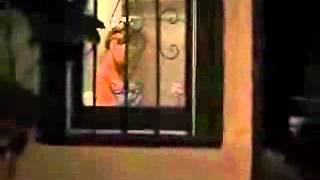 mulher nua tomando banho com camera escondida