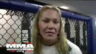 Lutadora da MMA faz repórter desmaiar