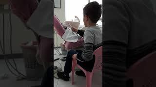 Omari duke pastruar dhëmbët e lepuroshit te Klinika Dentare Dent-In 😘