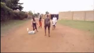 crianças Africanas dançando. Se você acha que sabe dançar.