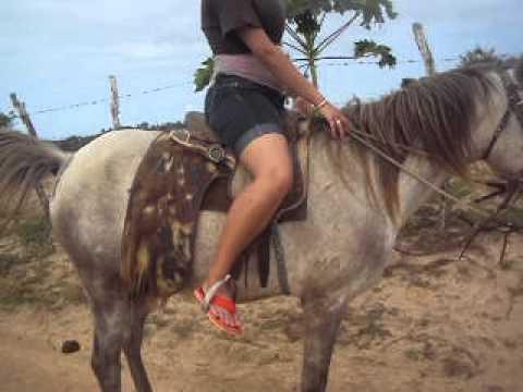 Joyce em Brejinho andando de cavalo.