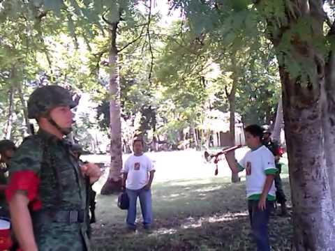 Niño tocando con la banda de guerra militar