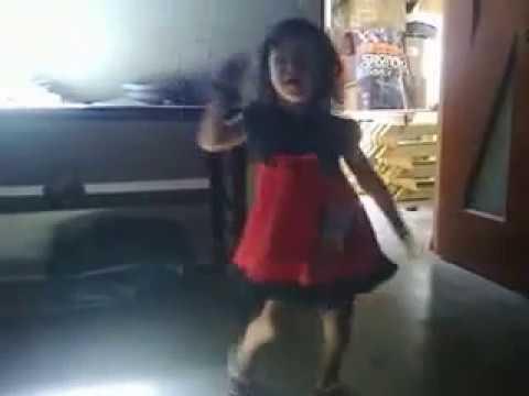 Mi niña bailando la casa sola