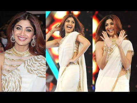 Shilpa Shetty Hot In Golden Saree At Umang 2017