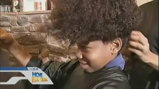 Menino de 8 anos deixa cabelo crescer para doar a crianças com câncer