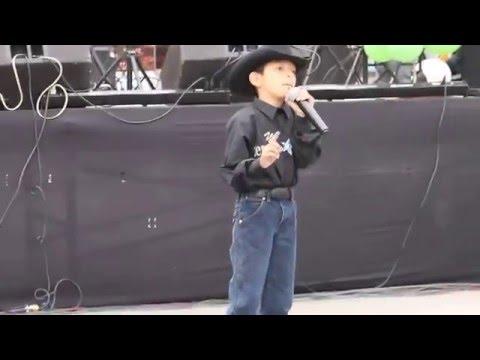 Luis Enrique cantando La Mochila Azul