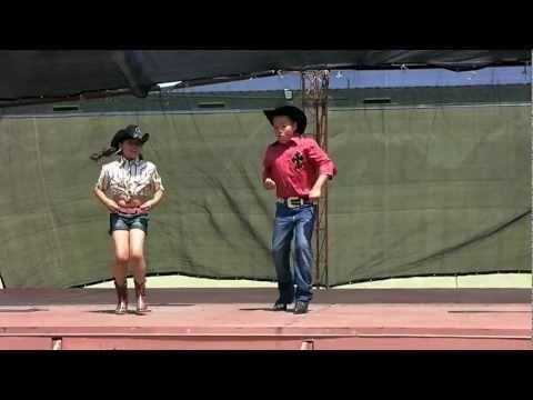 Crhistopher y Ana bailando EL SONIDITO.