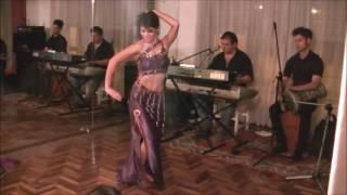 Kayla Falak con la orquesta Khalil Gibran saher al shark